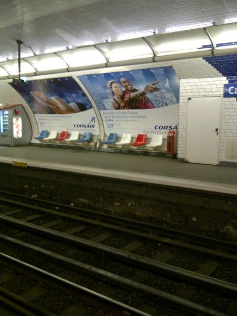 Pub Corsair dans une station de métro parisienne (c) Sophie Figenwald