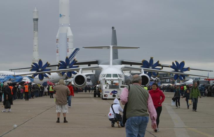 Antonov AN-158 suivi d'un Antonov AN-70