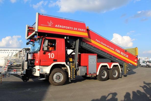 Le camion disposant du moyen d'accès grande hauteur © Sophie Figenwald