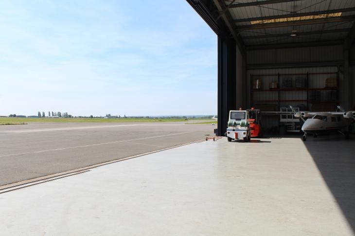 Hangar sur l'aérodrome de Pontoise-Cormeilles © Sophie Figenwald